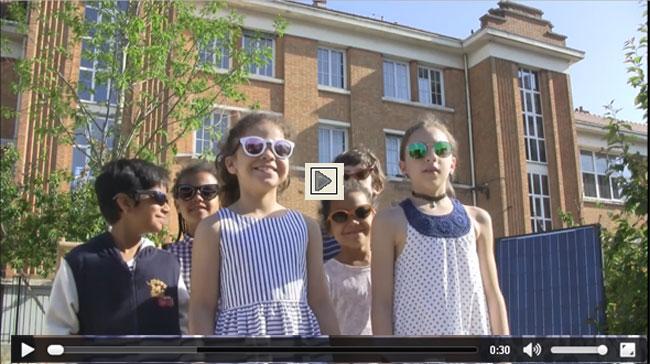 Vidéo d'enfants devant l'école Romain Rolland